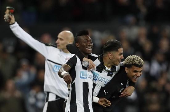 Newcastle assegura subida à Premier League