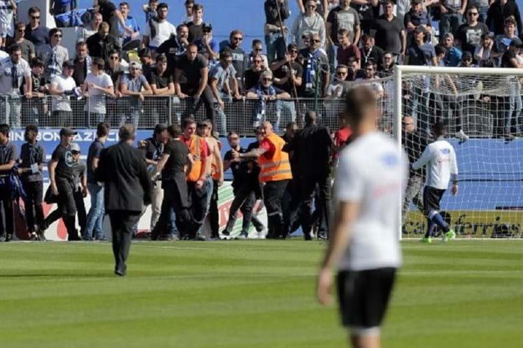 Torcedores do Bastia invadem campo para agredir atletas do Lyon