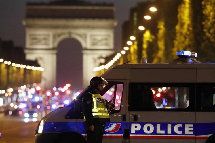 Atirador abre fogo na avenida Champs-Elysées, em Paris