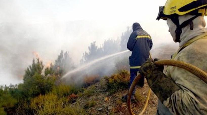 Mais de 140 homens combatem chamas de quatro fogos