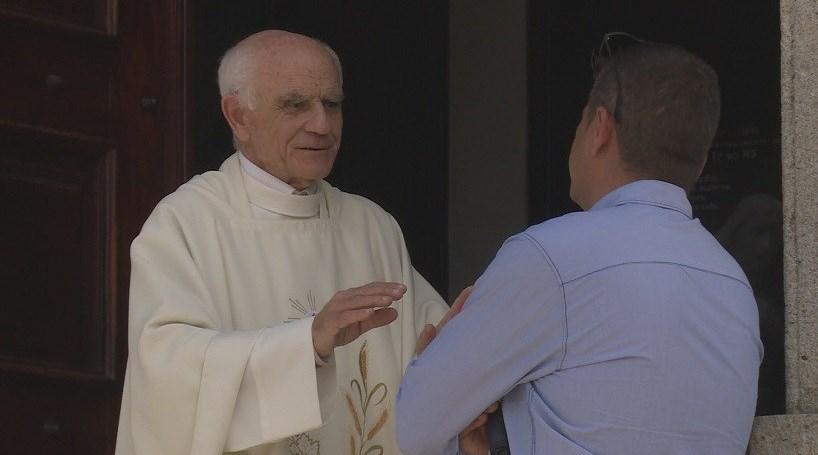 Padre autoriza maestro homossexual na missa