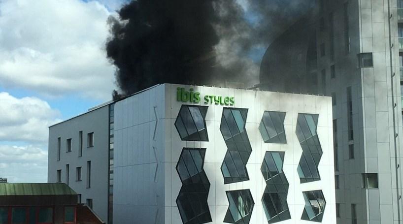 Mais de 70 bombeiros combatem incêndio em hotel em Londres