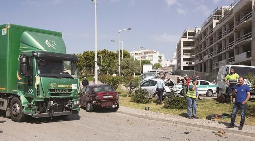 Camião destravado danifica 13 carros