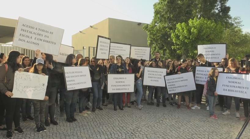 Mil pessoas protestam contra falta de pessoal em escola do Pinhal Novo