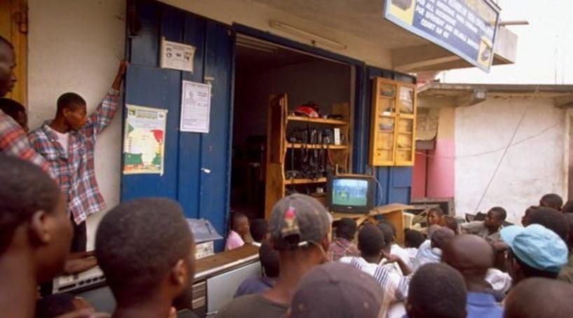 Sete pessoas morrem eletrocutadas enquanto assistem a jogo de futebol na Nigéria