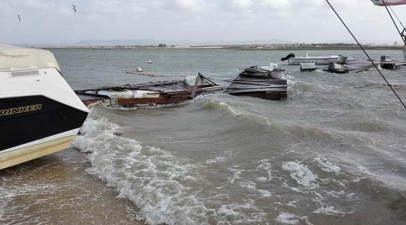 Intempérie destruiu pontão do centro náutico da praia de Faro
