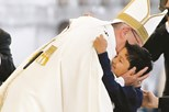 Lucas emociona católicos com abraço a Francisco