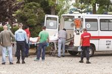 Mata mulher à facada em jardim público