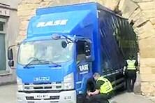 Camião preso em arco esvazia pneus para passar