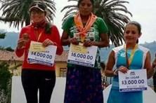 Mulher vence maratona de saia e sandálias