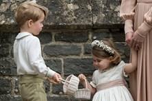 Príncipes Jorge e Carlota roubam as atenções no casamento de irmã de Kate