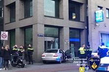 Homem bêbedo despista-se contra sede da Heineken