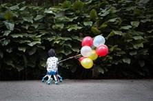 Criança sozinha em casa rasga notas