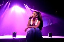 Ariana Grande volta a Manchester para homenagear vítimas
