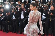 Sara Sampaio mostra 'quase' tudo em Cannes