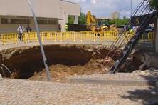 'Cratera' de 15 metros na Escola de Educação