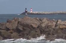 Pescadores salvos por colegas no mar