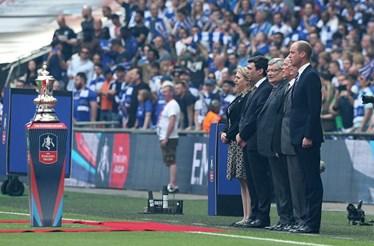 Príncipe William homenageia vítimas de Manchester