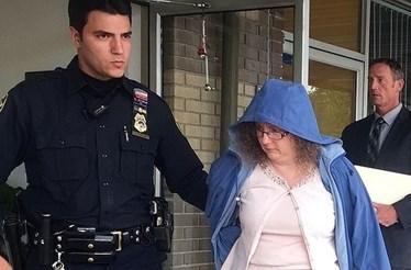 Professora condenada por sexo com aluno em cemitério volta para a prisão
