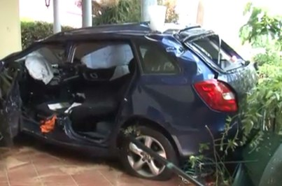 Carro voa de viaduto e aterra em quintal na Madeira