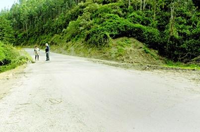 Moradores exigem obras em estrada degradada
