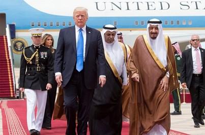 Melania e Trump na chegada à Arábia Saudita