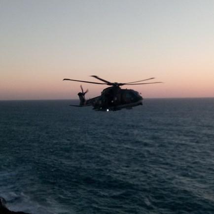Imagens mostram resgate um homem no mar em Sintra