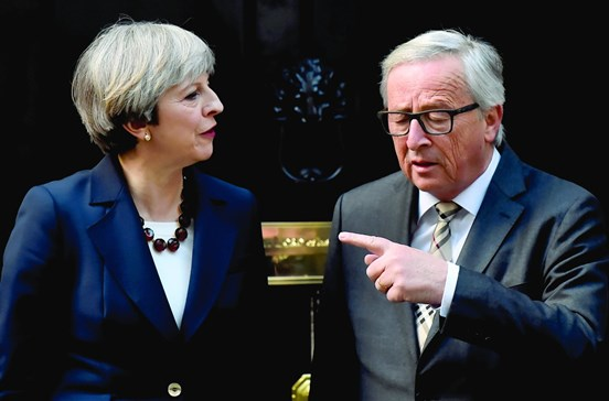 """Resultado de imagem para uncker diz-se ciente de que Theresa May é """"uma mulher forte"""""""