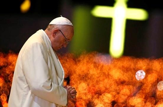 """Papa contra recurso a Virgem para """"favores a baixo preço"""""""