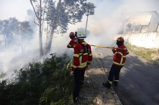 Bombeiros posicionados para atacar fogos