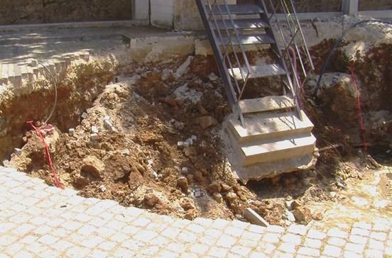 Terra abate e forma cratera de 13 metros em Bragança