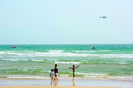 Buscas por menino desaparecido no mar com meios reduzidos