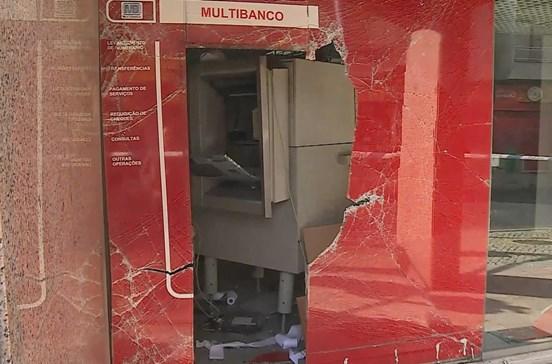 Assaltantes fazem explodir dois multibancos