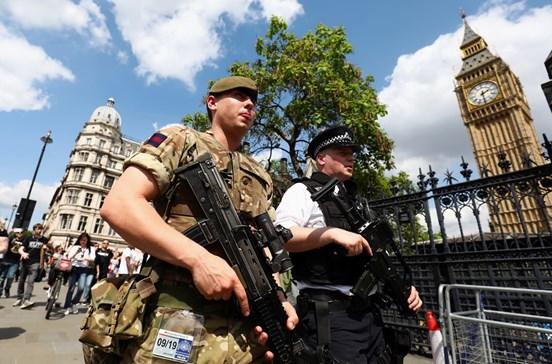 Polícia encontra mais explosivos nas buscas em Manchester