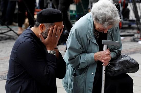 Muçulmano consola judia em memorial às vítimas de Manchester