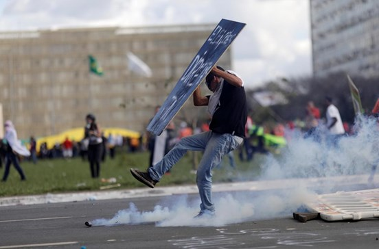 Manifestantes anti-Temer incendeiam ministérios em Brasília