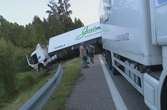 Camião despista-se e capota na A17