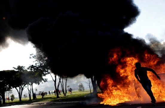 Temer chama exército para travar violência em Brasília