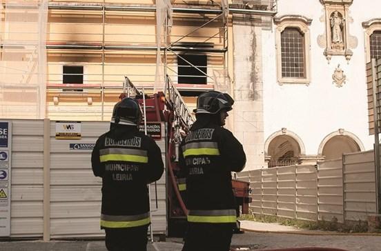 Fogo destrói apartamento na Moagem