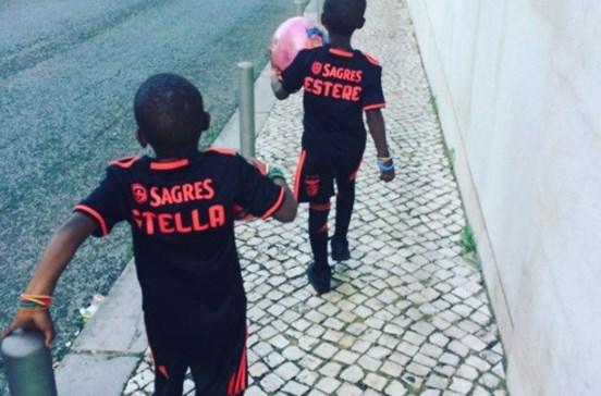 Filhas de Madonna passeiam em Lisboa com camisolas do Benfica