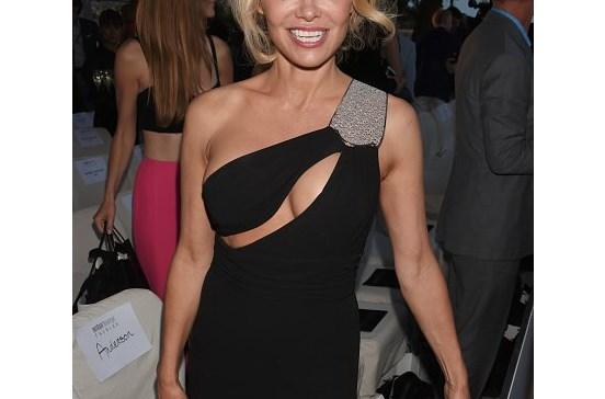 Pamela Anderson exibe decote generoso em Cannes