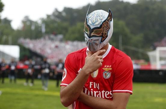 A estranha máscara com que Jiménez celebrou o golo