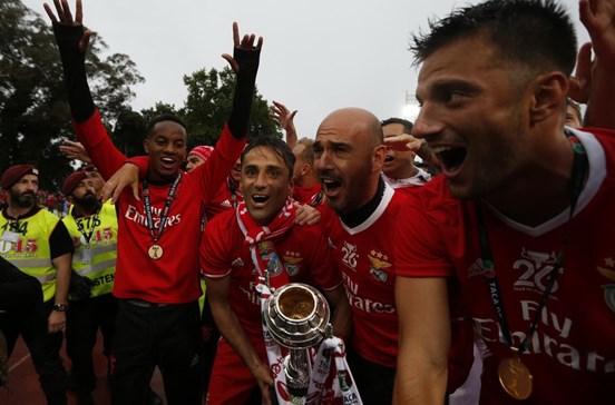 Jogadores do Benfica fazem a festa após conquista da Taça