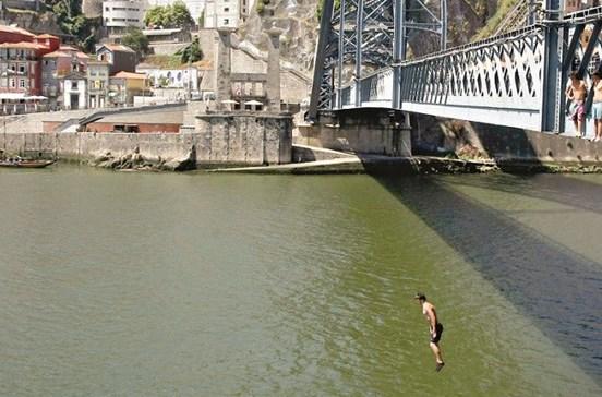Saltos da ponte ferem jovens