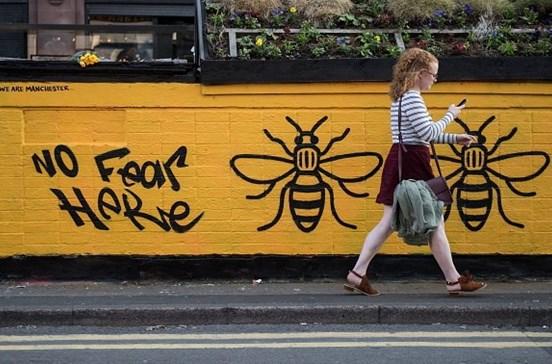 Abelhas tatuadas unem Manchester após atentado