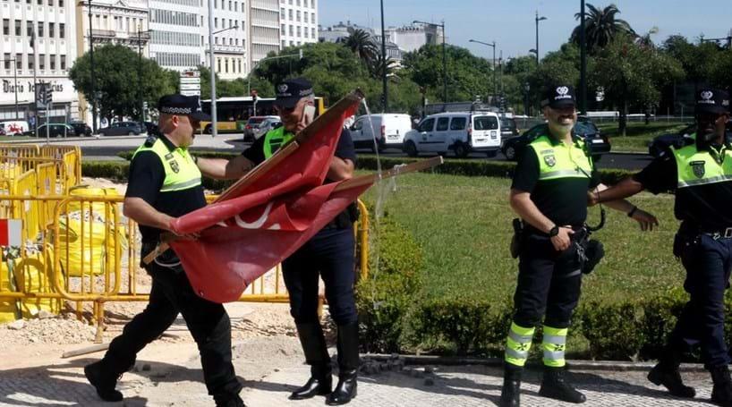 Polícia retira cartaz do Benfica do Marquês de Pombal