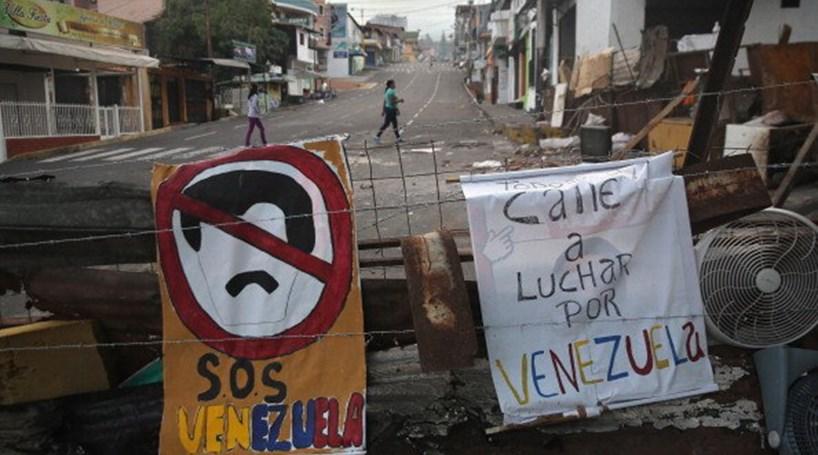Três mortos, 22 feridos e mais de cem detidos na Venezuela