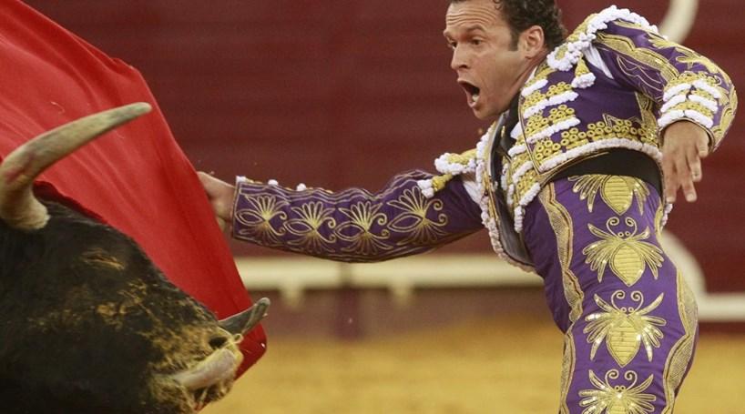 Cavaleiros e matador em grande plano