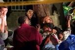 Salva menina de quatro anos atirada pela mãe da janela de torre em chamas