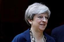 Primeira-ministra britânica pede desculpa por gestão do incêndio da torre em Londres